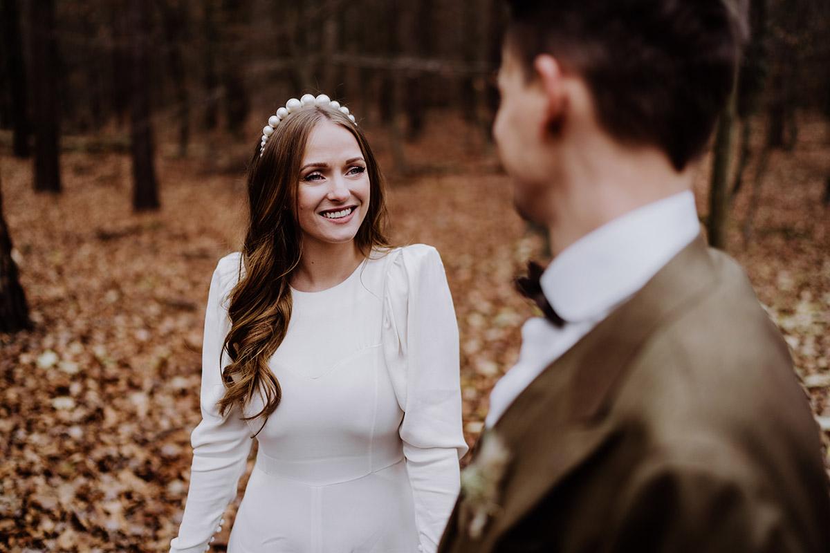 natürliches Hochzeitsfoto Braut - Hochzeitsfotograf Standesamt Berlin im Rathaus Schmargendorf auf Winterhochzeit im Wald und urban in der Stadt © www.hochzeitslicht.de #hochzeitslicht