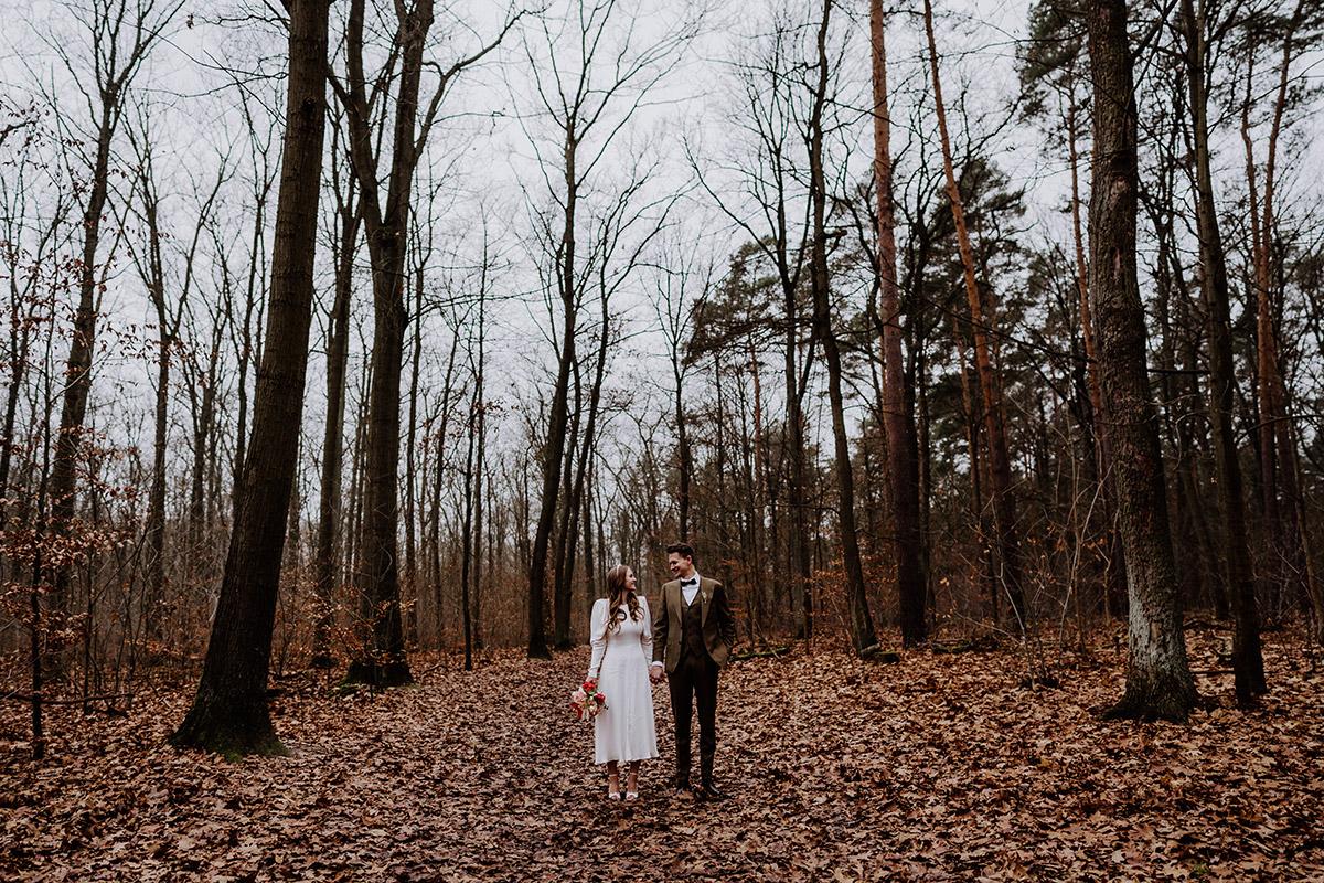 Idee Hochzeitsfoto Hochzeitspaar klein - Hochzeitsfotograf Standesamt Berlin im Rathaus Schmargendorf auf Winterhochzeit im Wald und urban in der Stadt © www.hochzeitslicht.de #hochzeitslicht