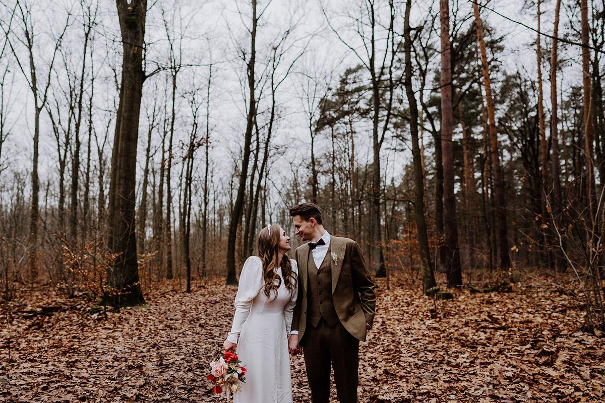Idee Posieren Hochzeitsfoto Paar schaut sich in die Augen - Hochzeitsfotograf Standesamt Berlin im Rathaus Schmargendorf auf Winterhochzeit im Wald und urban in der Stadt © www.hochzeitslicht.de #hochzeitslicht