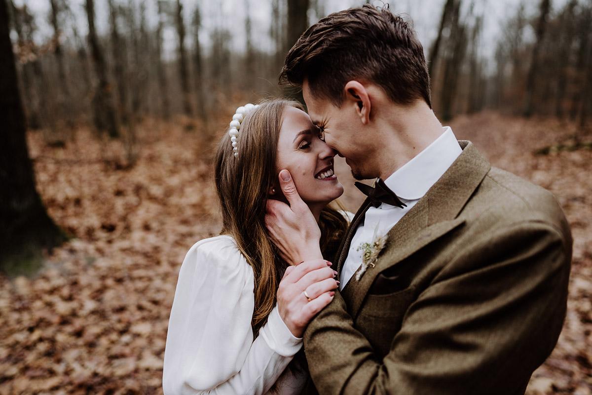 intimes Hochzeitsfoto strahlendes Hochzeitspaar - Hochzeitsfotograf Standesamt Berlin im Rathaus Schmargendorf auf Winterhochzeit im Wald und urban in der Stadt © www.hochzeitslicht.de #hochzeitslicht