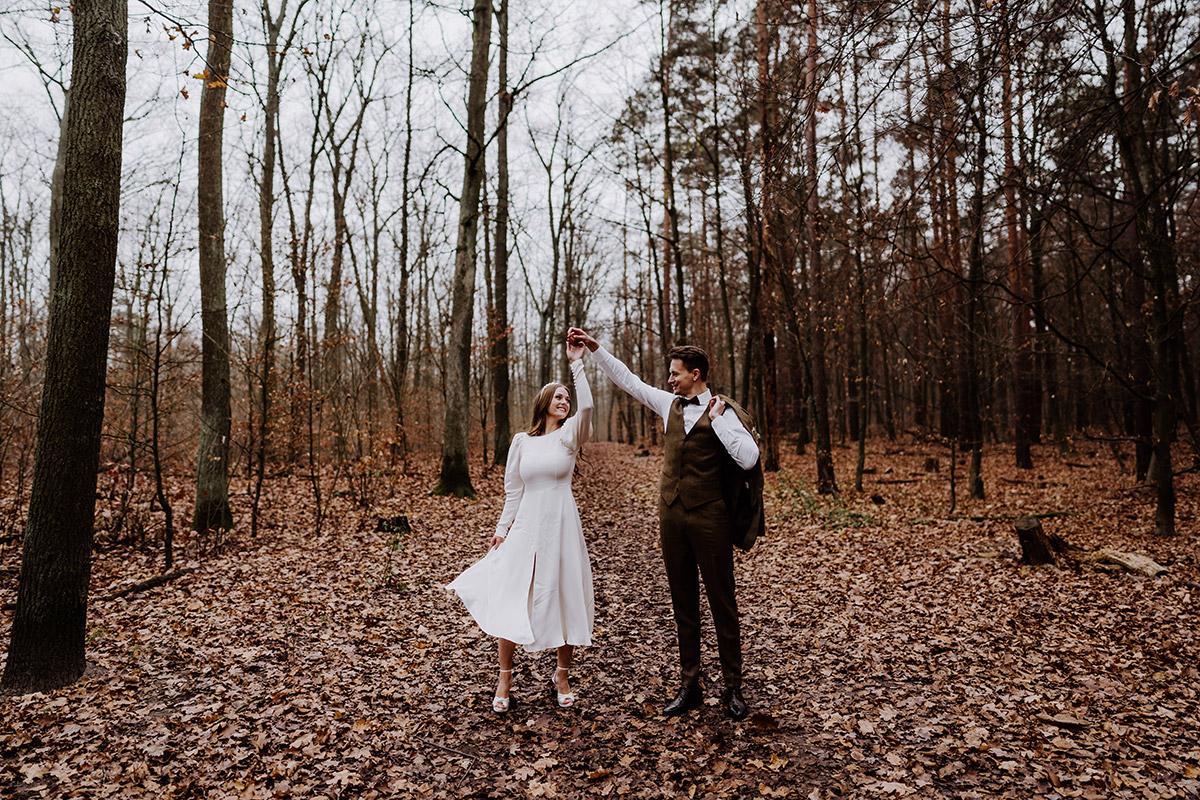 Hochzeitsfoto Braut und Bräutigam Tanzen - Hochzeitsfotograf Standesamt Berlin im Rathaus Schmargendorf auf Winterhochzeit im Wald und urban in der Stadt © www.hochzeitslicht.de #hochzeitslicht