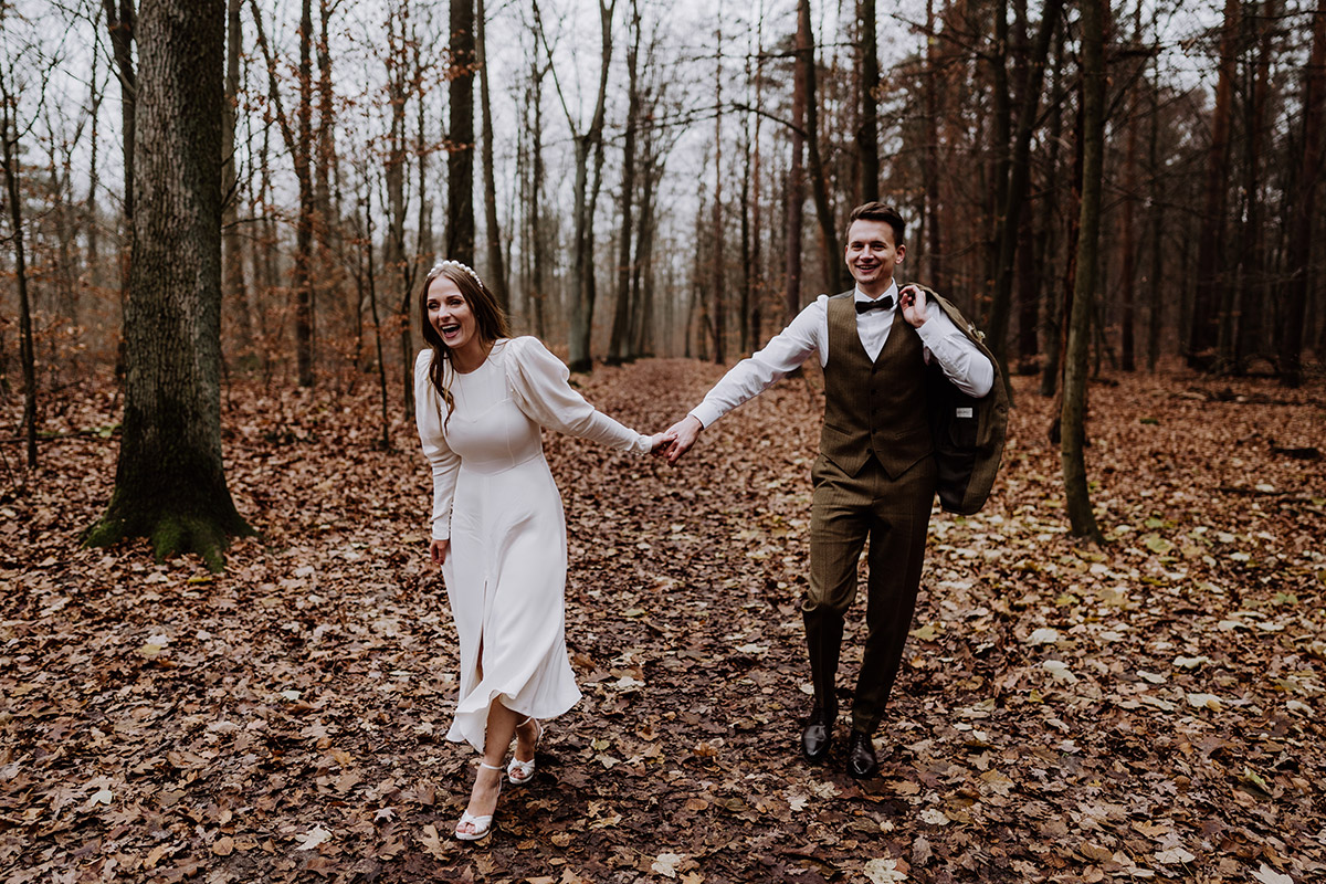 Hochzeitsfoto Brautpaar lachen - Hochzeitsfotograf Standesamt Berlin im Rathaus Schmargendorf auf Winterhochzeit im Wald und urban in der Stadt © www.hochzeitslicht.de #hochzeitslicht