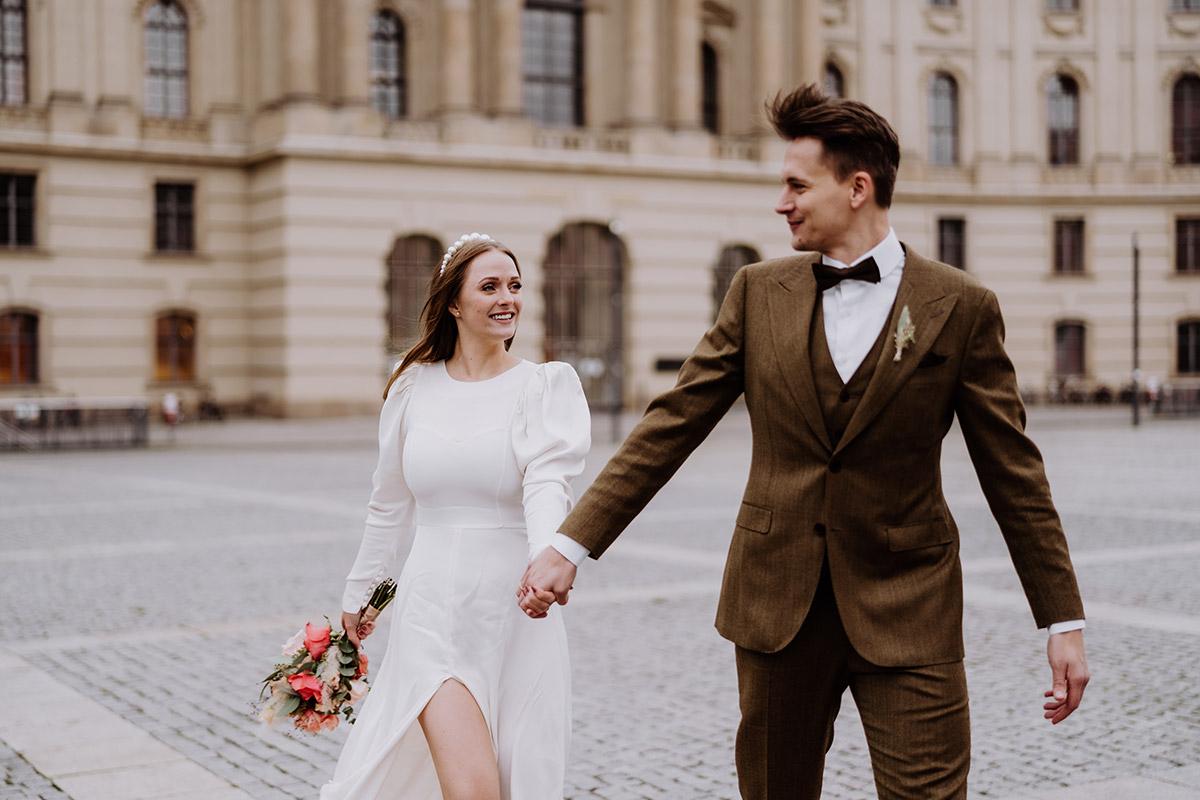Idee Fotoshooting Hochzeit in der Stadt - Hochzeitsfotograf Standesamt Berlin im Rathaus Schmargendorf auf Winterhochzeit im Wald und urban in der Stadt © www.hochzeitslicht.de #hochzeitslicht