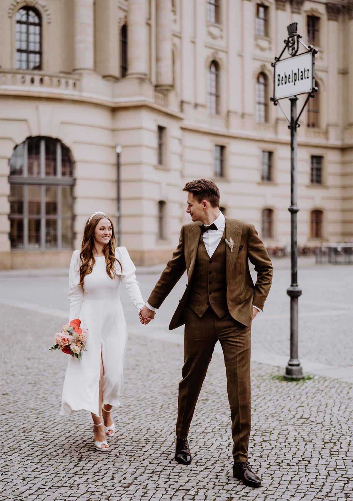 Urbanes Hochzeitsshooting: Der Fotograf lotste das Hochzeitpaar nach dem Standesamt auf den Bebelplatz in Berlin und auch in den Grunewald. Mehr natürliche Hochzeitsfotos bei #hochzeitslicht © www.hochzeitslicht.de