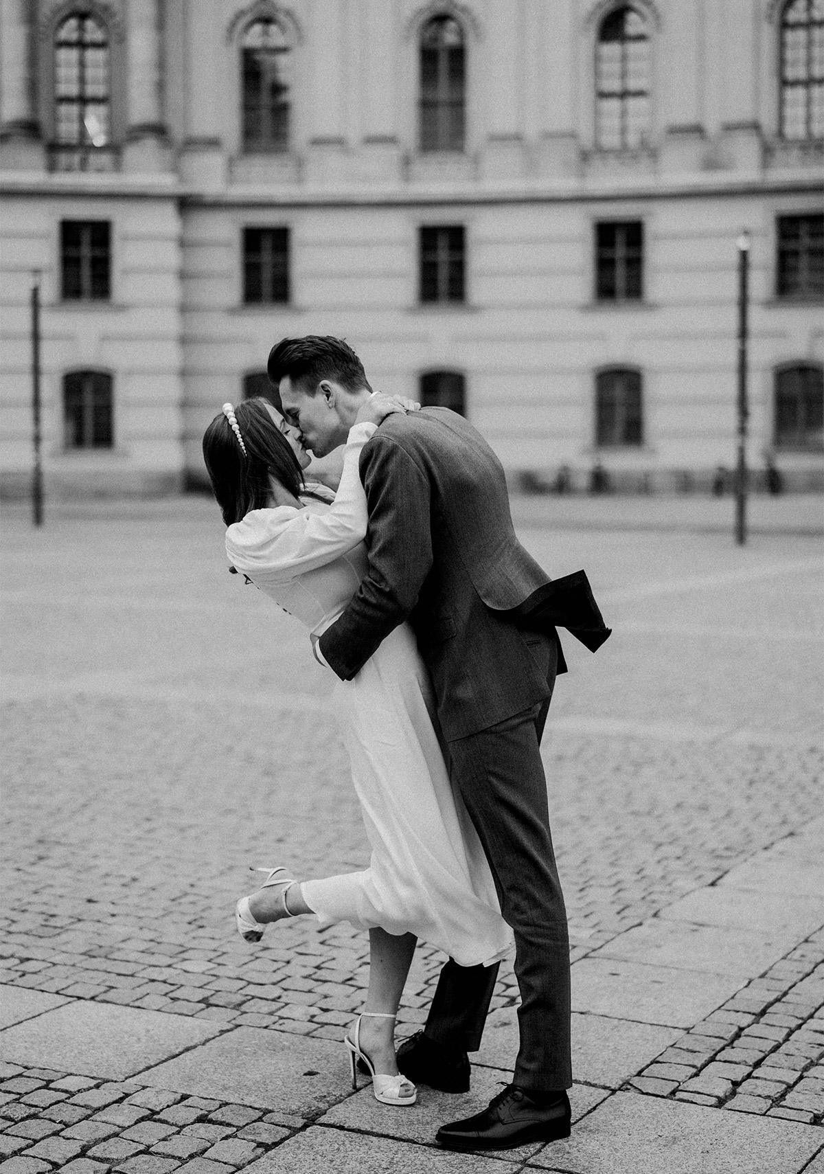 Winterhochzeit Standesamt Fotoshoting: Hochzeitsfoto Idee nach dem standesamtlichen Heiraten im Rathaus Schmargendorf. Das Elopement Paar ist in einen romantischen Kuss vertieft. © www.hochzeitslicht.de #hochzeitslicht
