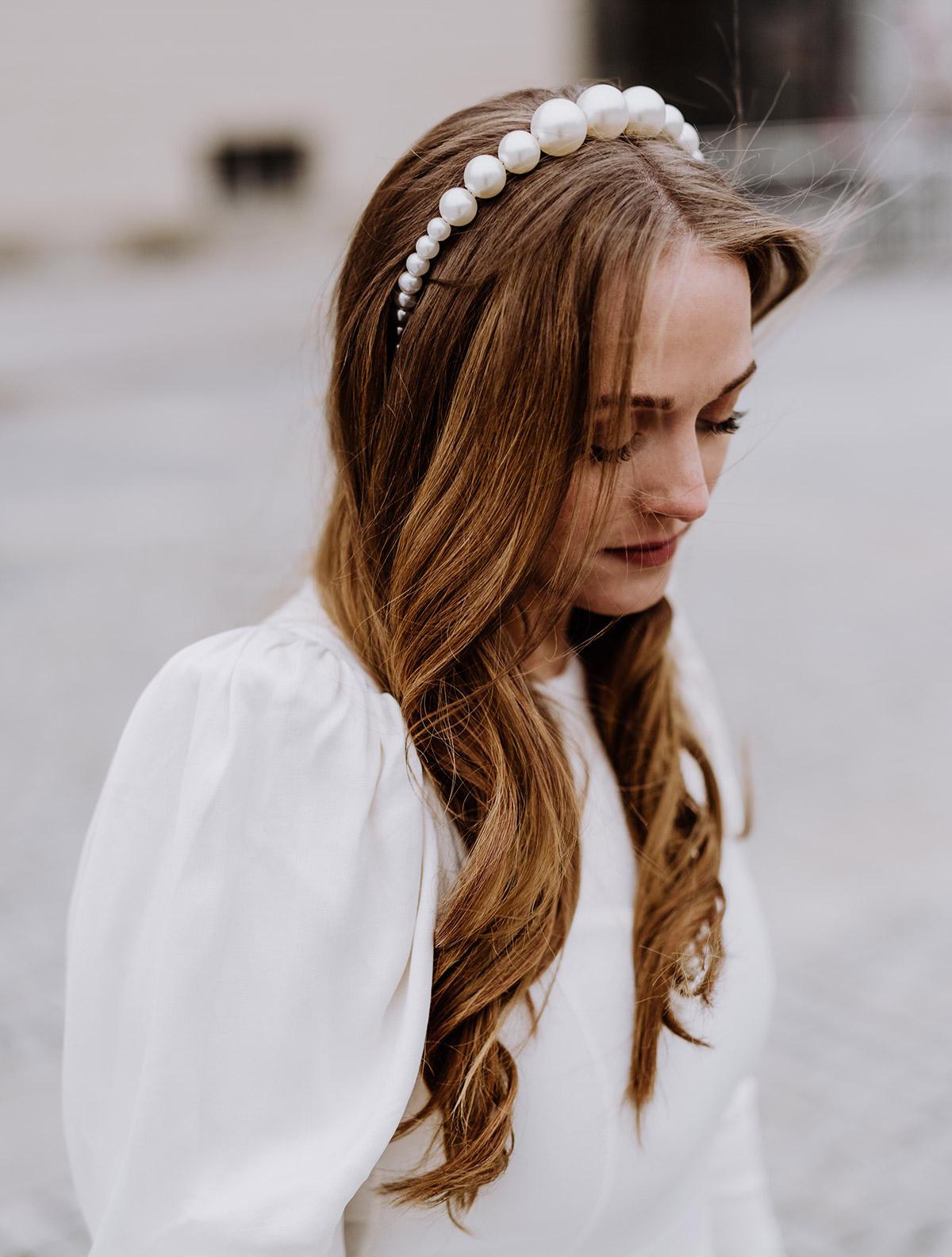 Braut Look Winterhochzeit: Braut im Standesamt Hochzeitskleid mit langärmligen Puffärmeln und Haarreif aus Riesenperlen für ihr langes braunes Haar mit leichten Locken. © www.hochzeitslicht.de #hochzeitslicht #beautyrealbride #echtebraut
