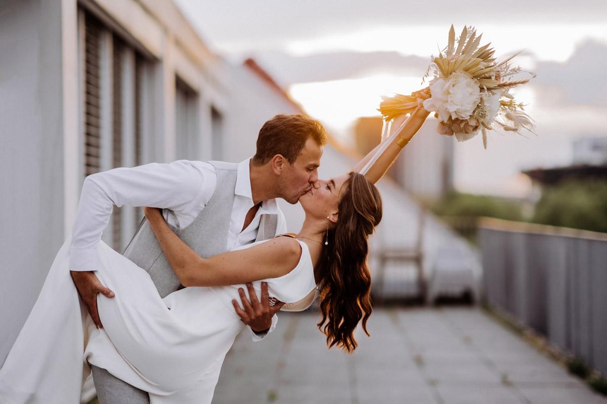 Idee Hochzeitsfoto Paar dynamisch - schöne Hochzeitslocations in Berlin zu finden in der urbanen Elopement Hochzeitsreportage von Hochzeitsfotograf Berlin © www.hochzeitslicht.de #hochzeitslicht