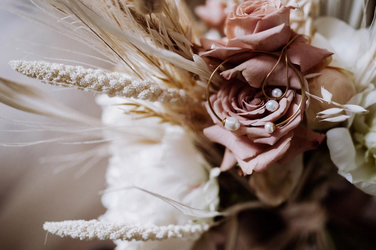 Brautschmuck modern Gold mit Perlen - schöne Hochzeitslocations in Berlin zu finden in der urbanen Elopement Hochzeitsreportage von Hochzeitsfotograf Berlin © www.hochzeitslicht.de #hochzeitslicht