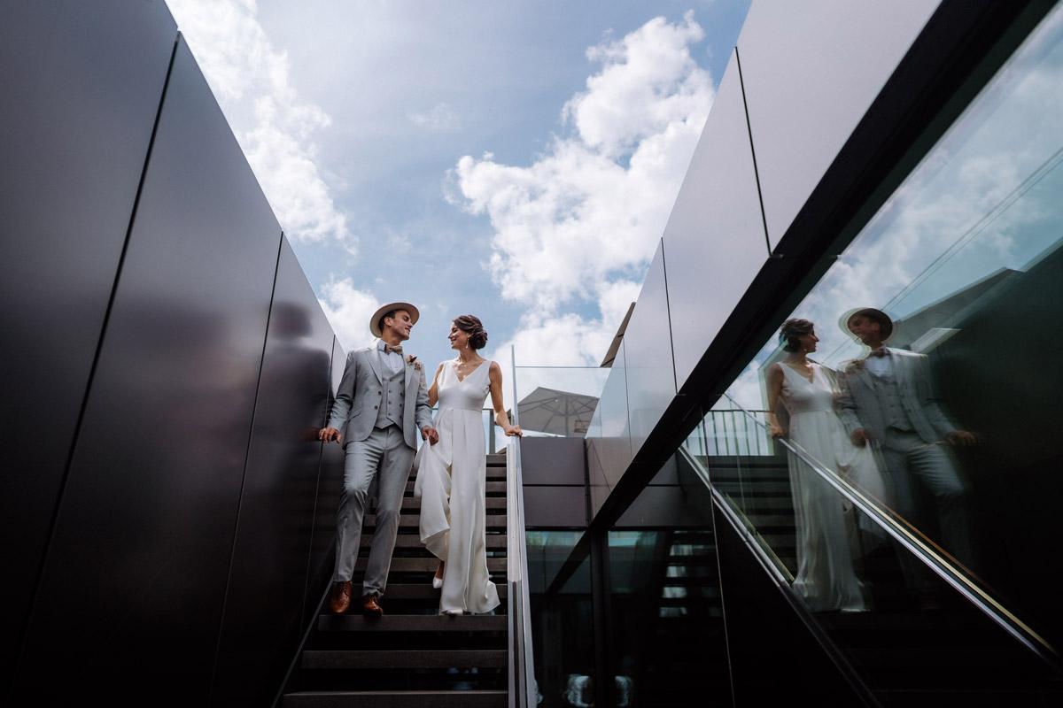 Hochzeitsfoto Spiegelung Paar - schöne Hochzeitslocations in Berlin zu finden in der urbanen Elopement Hochzeitsreportage von Hochzeitsfotograf Berlin © www.hochzeitslicht.de #hochzeitslicht