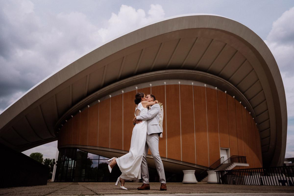 Hochzeitsfoto Haus der Kulturen der Welt - schöne Hochzeitslocations in Berlin zu finden in der urbanen Elopement Hochzeitsreportage von Hochzeitsfotograf Berlin © www.hochzeitslicht.de #hochzeitslicht
