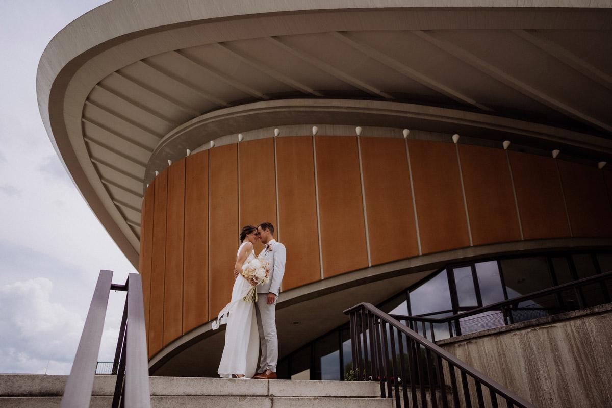 Location Fotoshooting Hochzeit Berlin Haus der Kulturen der Welt - schöne Hochzeitslocations in Berlin zu finden in der urbanen Elopement Hochzeitsreportage von Hochzeitsfotograf Berlin © www.hochzeitslicht.de #hochzeitslicht