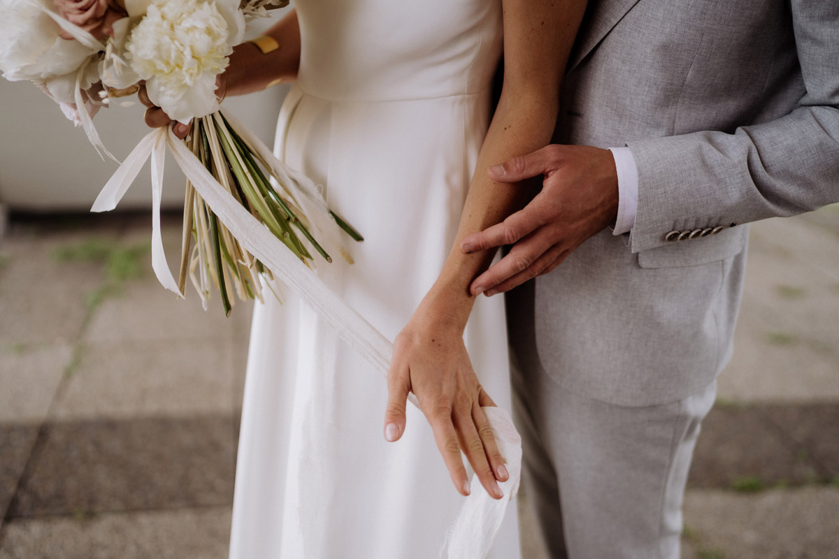 intime Hochzeitsfotografie - schöne Hochzeitslocations in Berlin zu finden in der urbanen Elopement Hochzeitsreportage von Hochzeitsfotograf Berlin © www.hochzeitslicht.de #hochzeitslicht