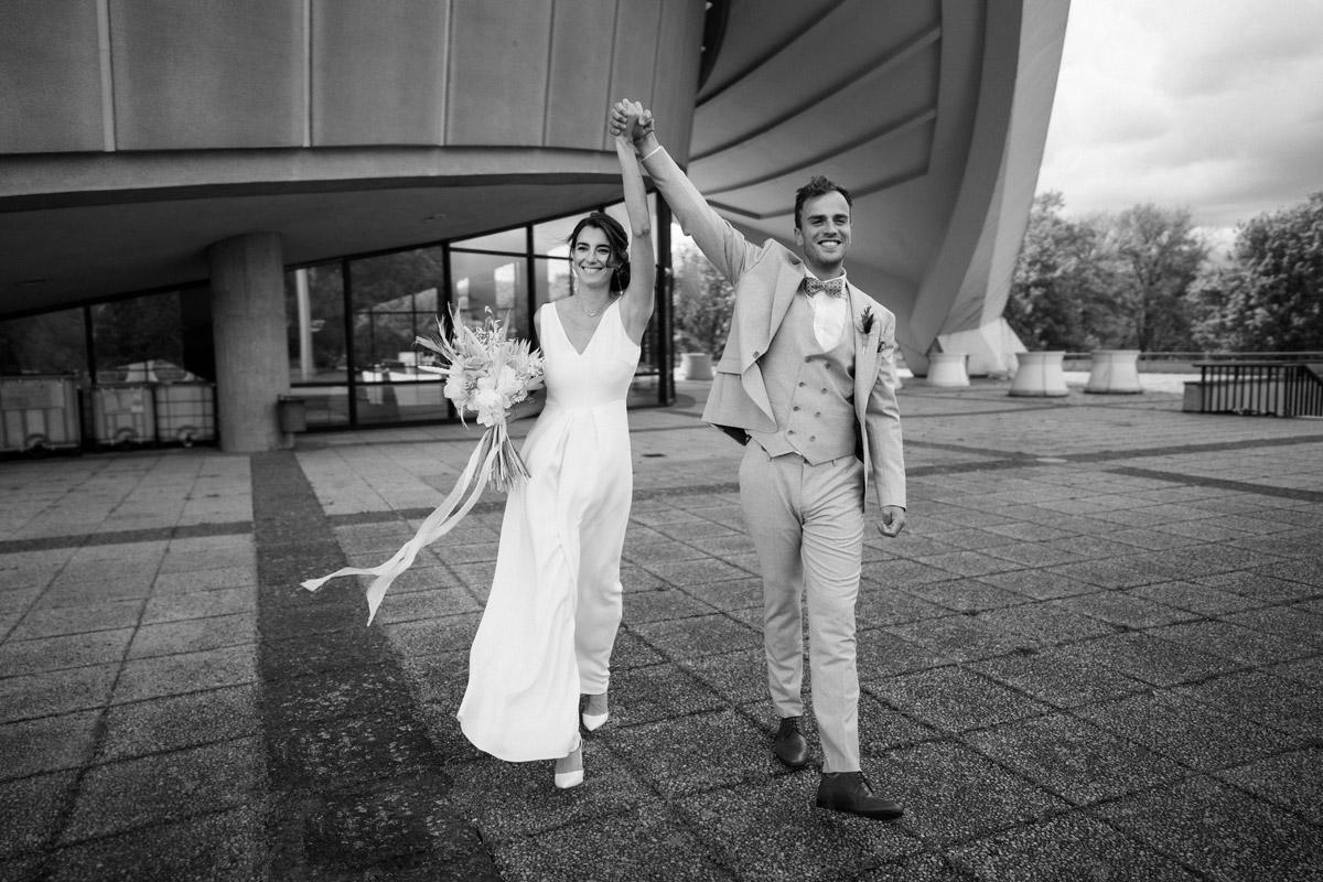 Idee Outfit Braut und Bräutigam vintage Hochzeit zu zweit - schöne Hochzeitslocations in Berlin zu finden in der urbanen Elopement Hochzeitsreportage von Hochzeitsfotograf Berlin © www.hochzeitslicht.de #hochzeitslicht