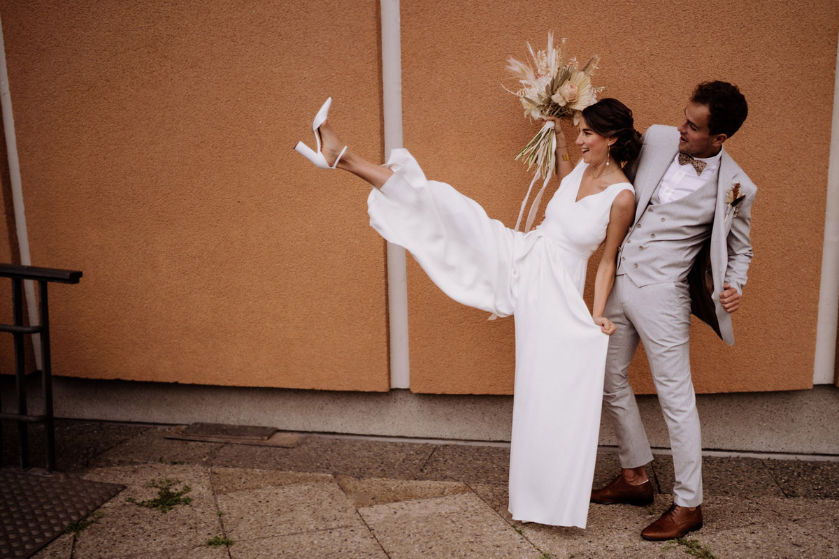 Standesamt Berlin Hochzeitsfoto Braut Jumpsuit - schöne Hochzeitslocations in Berlin zu finden in der urbanen Elopement Hochzeitsreportage von Hochzeitsfotograf Berlin © www.hochzeitslicht.de #hochzeitslicht