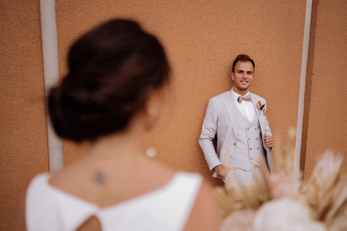 Fotoshooting Brautpaar - schöne Hochzeitslocations in Berlin zu finden in der urbanen Elopement Hochzeitsreportage von Hochzeitsfotograf Berlin © www.hochzeitslicht.de #hochzeitslicht