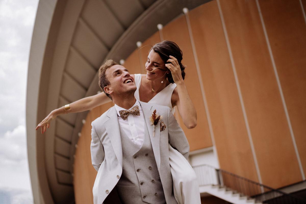verspielte Hochzeitsfotos - schöne Hochzeitslocations in Berlin zu finden in der urbanen Elopement Hochzeitsreportage von Hochzeitsfotograf Berlin © www.hochzeitslicht.de #hochzeitslicht