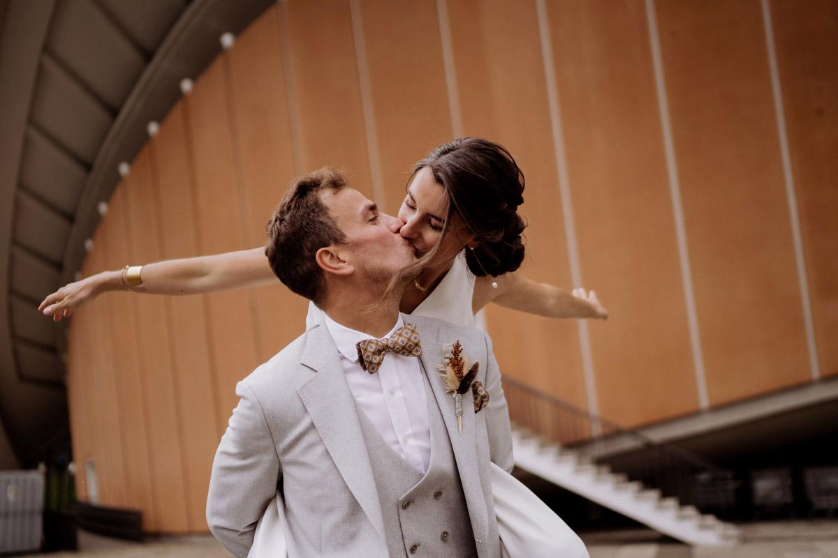 Hochzeitsfoto verspielt - schöne Hochzeitslocations in Berlin zu finden in der urbanen Elopement Hochzeitsreportage von Hochzeitsfotograf Berlin © www.hochzeitslicht.de #hochzeitslicht