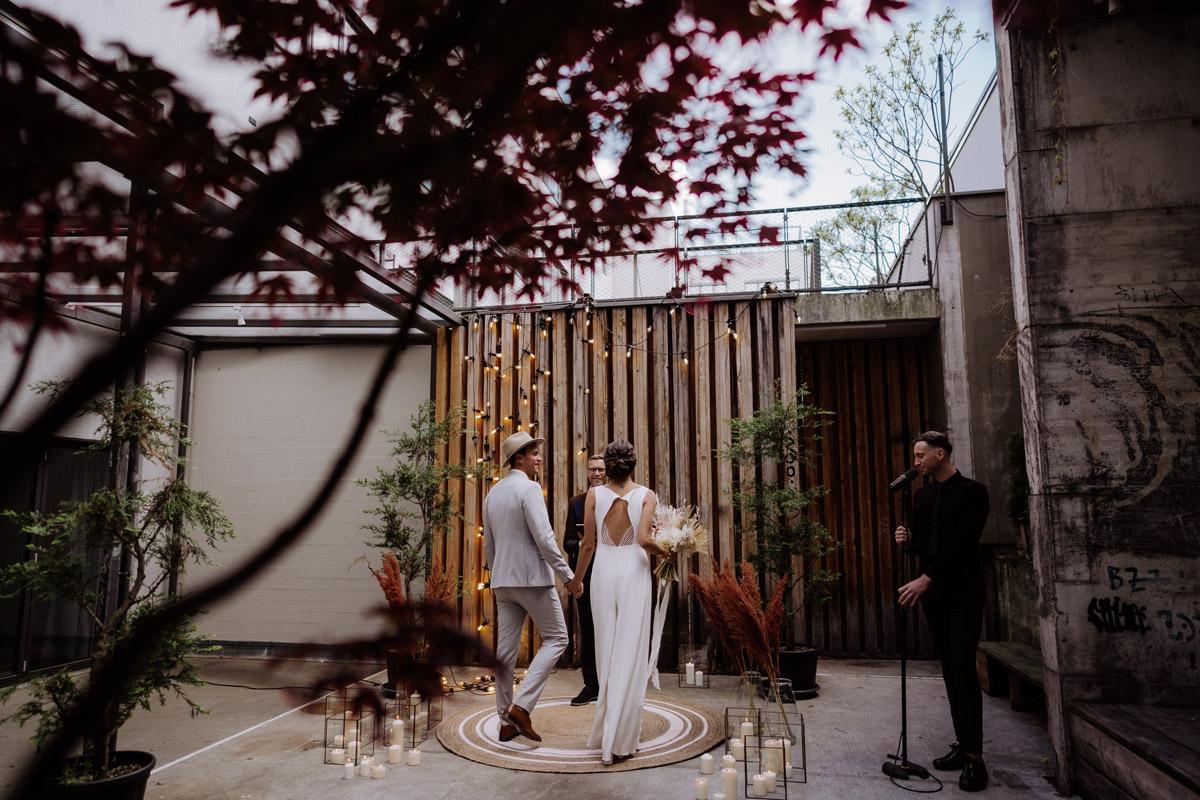 freie Trauung zu zweit - schöne Hochzeitslocations in Berlin zu finden in der urbanen Elopement Hochzeitsreportage von Hochzeitsfotograf Berlin © www.hochzeitslicht.de #hochzeitslicht