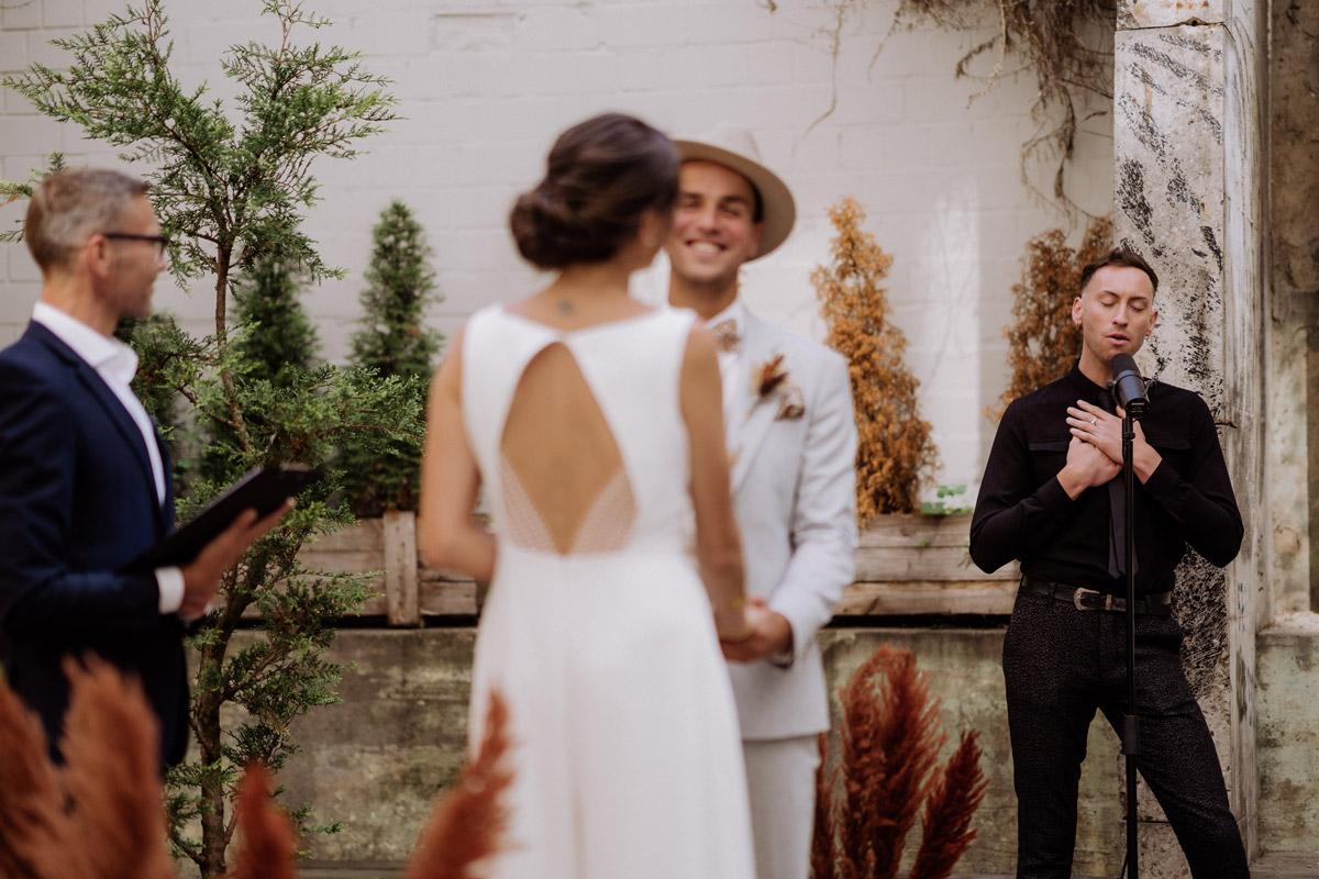 Heiraten zu zweit - schöne Hochzeitslocations in Berlin zu finden in der urbanen Elopement Hochzeitsreportage von Hochzeitsfotograf Berlin © www.hochzeitslicht.de #hochzeitslicht