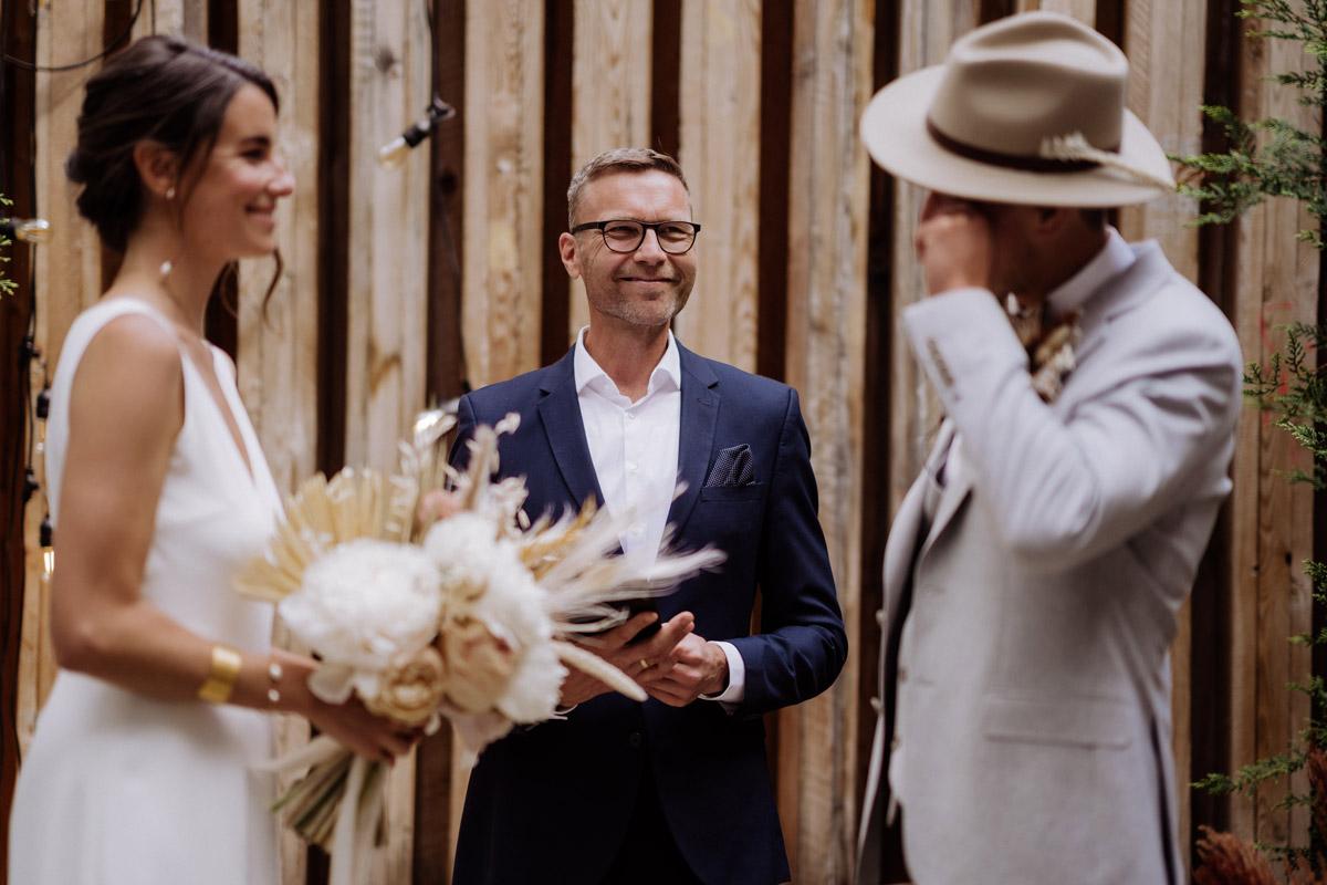 emotionale Hochzeitsfotos freie Trauung - schöne Hochzeitslocations in Berlin zu finden in der urbanen Elopement Hochzeitsreportage von Hochzeitsfotograf Berlin © www.hochzeitslicht.de #hochzeitslicht