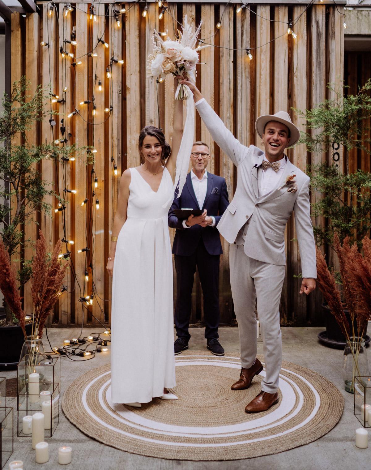 Boho Hochzeitspaar: Nach der freien Trauung in Berlin feierte das Hochzeitspaar sein Elopement. Dieses Paarfoto ist auch perfekt für das Fotoshooting am Standesamt. Mehr Hochzeitsideen dieser Regenhochzeit im Blog von Hochzeitsfotograf Berlin © www.hochzeitslicht.de #hochzeitslicht
