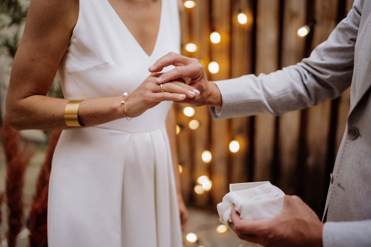 freie Trauung Elopement - schöne Hochzeitslocations in Berlin zu finden in der urbanen Elopement Hochzeitsreportage von Hochzeitsfotograf Berlin © www.hochzeitslicht.de #hochzeitslicht