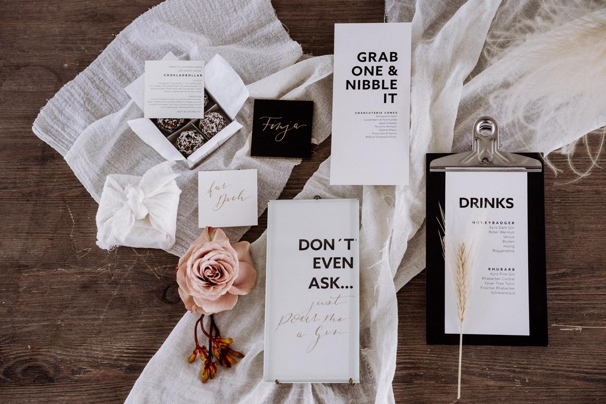 Einladungen Tischkarten Menü Hochzeit skandinavisch - schöne Hochzeitslocations in Berlin zu finden in der urbanen Elopement Hochzeitsreportage von Hochzeitsfotograf Berlin © www.hochzeitslicht.de #hochzeitslicht