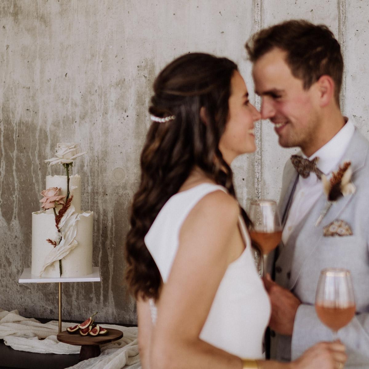 zweistöckige Hochzeitstorte in Weiß mit Rosen in Weiß und Altrosa passend zum skandinavischen Hochzeitskonzept der Elopement Hochzeit in Berlin - mehr Hochzeitsideen im Blog von Hochzeitsfotograf © www.hochzeitslicht.de #hochzeitslicht