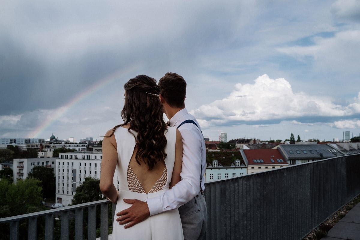 Hochzeitsfoto Regenbogen Dachterrasse - schöne Hochzeitslocations in Berlin zu finden in der urbanen Elopement Hochzeitsreportage von Hochzeitsfotograf Berlin © www.hochzeitslicht.de #hochzeitslicht