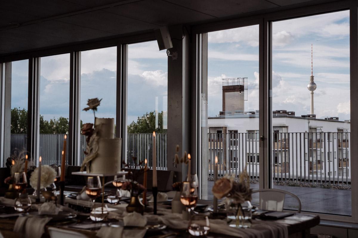 Location Hochzeit Berlin Dachterrase - schöne Hochzeitslocations in Berlin zu finden in der urbanen Elopement Hochzeitsreportage von Hochzeitsfotograf Berlin © www.hochzeitslicht.de #hochzeitslicht