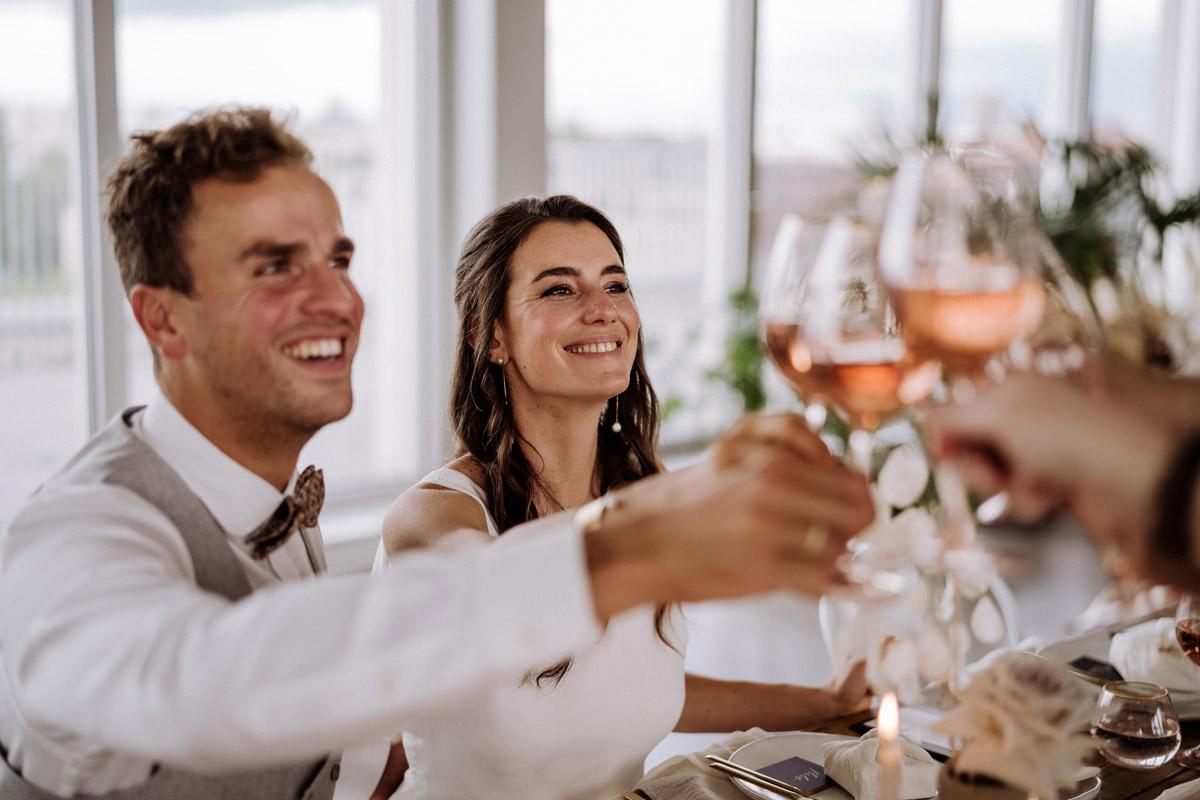 Hochzeitsfoto Abendessen - schöne Hochzeitslocations in Berlin zu finden in der urbanen Elopement Hochzeitsreportage von Hochzeitsfotograf Berlin © www.hochzeitslicht.de #hochzeitslicht