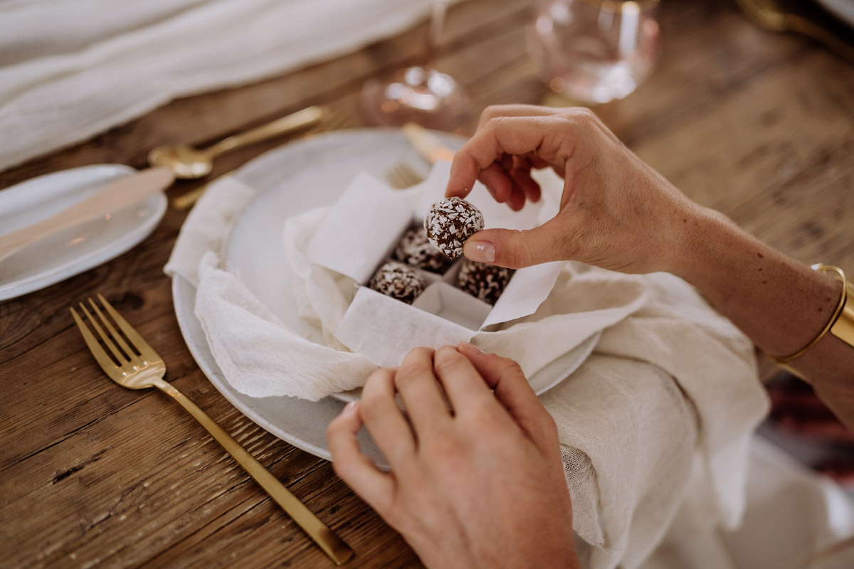 Idee Gastgeschenk Hochzeit Pralinen - schöne Hochzeitslocations in Berlin zu finden in der urbanen Elopement Hochzeitsreportage von Hochzeitsfotograf Berlin © www.hochzeitslicht.de #hochzeitslicht