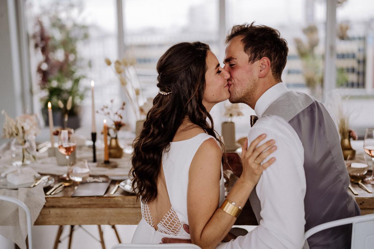 Brautpaar Foto Abendessen - schöne Hochzeitslocations in Berlin zu finden in der urbanen Elopement Hochzeitsreportage von Hochzeitsfotograf Berlin © www.hochzeitslicht.de #hochzeitslicht