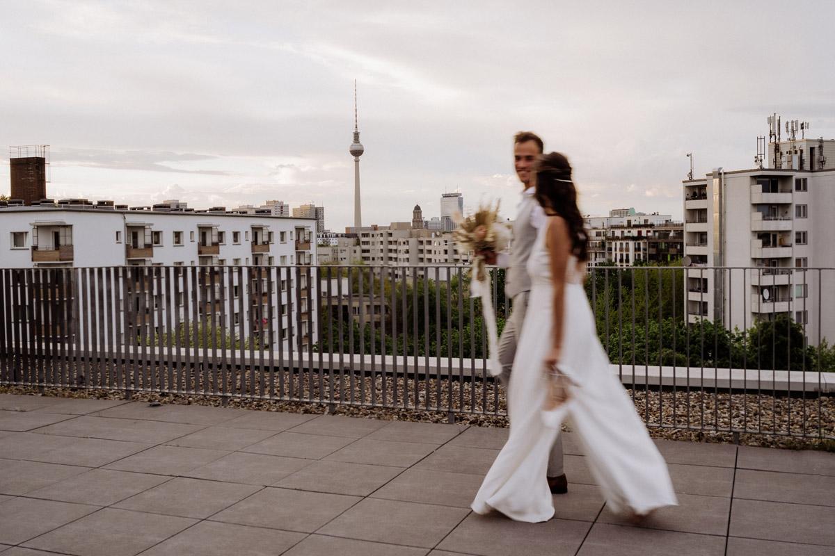 Berlinhochzeit Fernsehturm - schöne Hochzeitslocations in Berlin zu finden in der urbanen Elopement Hochzeitsreportage von Hochzeitsfotograf Berlin © www.hochzeitslicht.de #hochzeitslicht