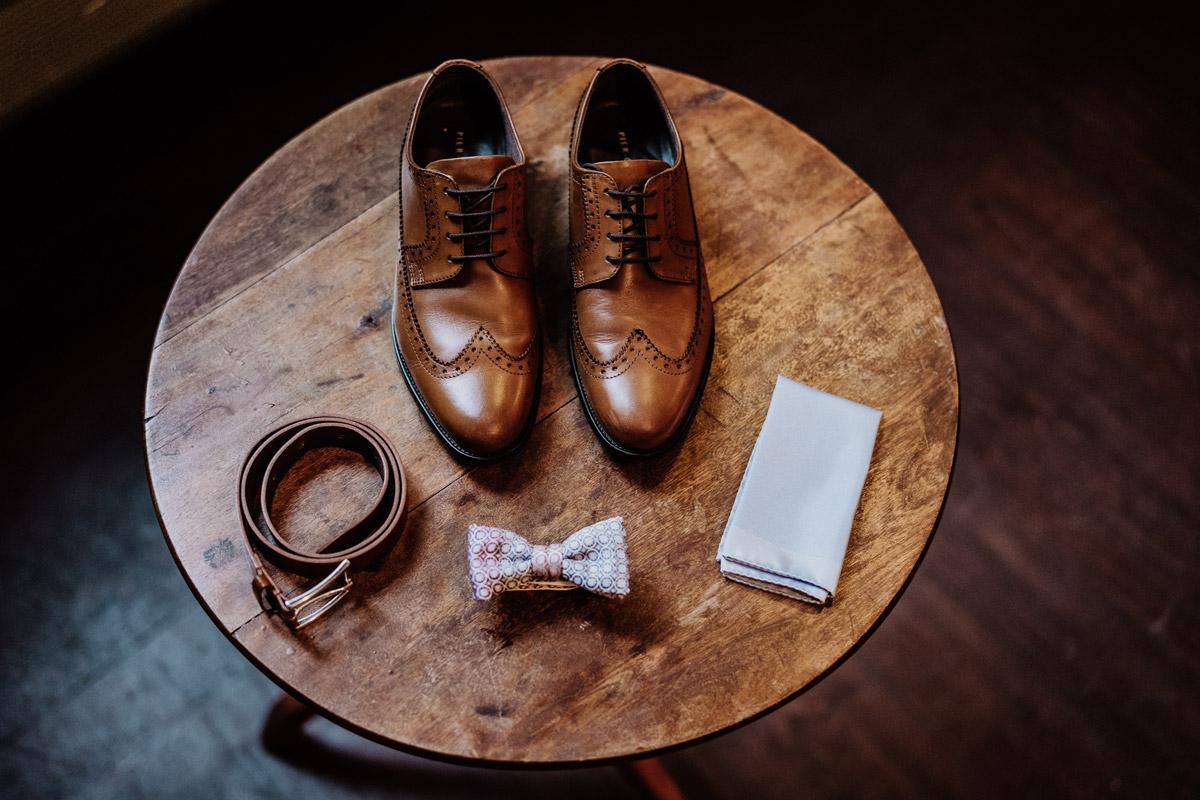 Standesamt Outfit Mann - Standesamt Hochzeitsfotograf Berlin im Rathaus Spandau und im Ballsaal Studio auf Hochzeit zu zweit im Winter © www.hochzeitslicht.de #hochzeitslicht