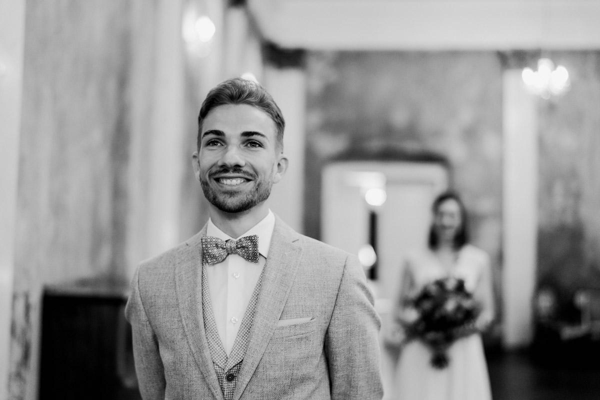 First Look - Standesamt Hochzeitsfotograf Berlin im Rathaus Spandau und im Ballsaal Studio auf Hochzeit zu zweit im Winter © www.hochzeitslicht.de #hochzeitslicht