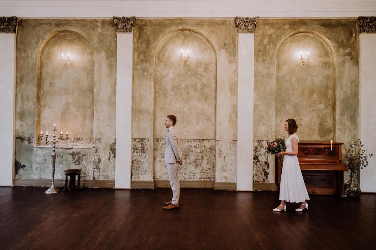 First Look Hochzeit - Standesamt Hochzeitsfotograf Berlin im Rathaus Spandau und im Ballsaal Studio auf Hochzeit zu zweit im Winter © www.hochzeitslicht.de #hochzeitslicht