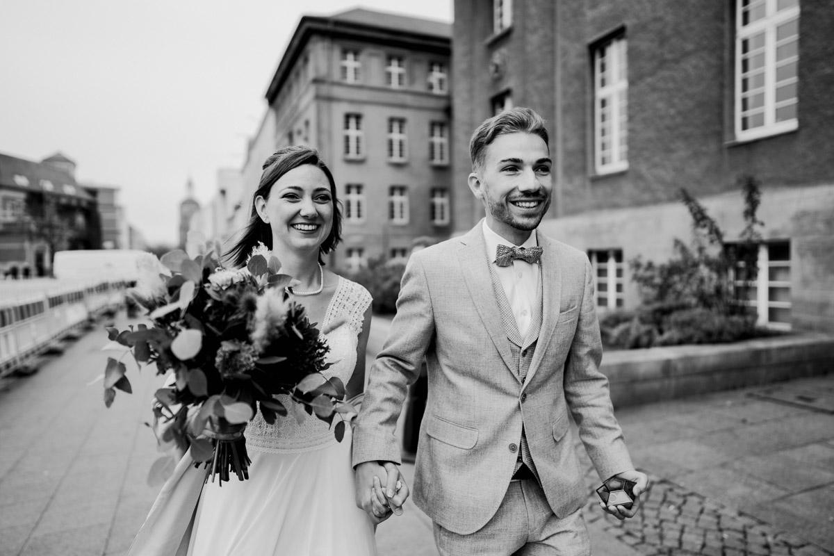 Standesamt Hochzeitsfotograf Berlin im Rathaus Spandau und im Ballsaal Studio auf Hochzeit zu zweit im Winter © www.hochzeitslicht.de #hochzeitslicht