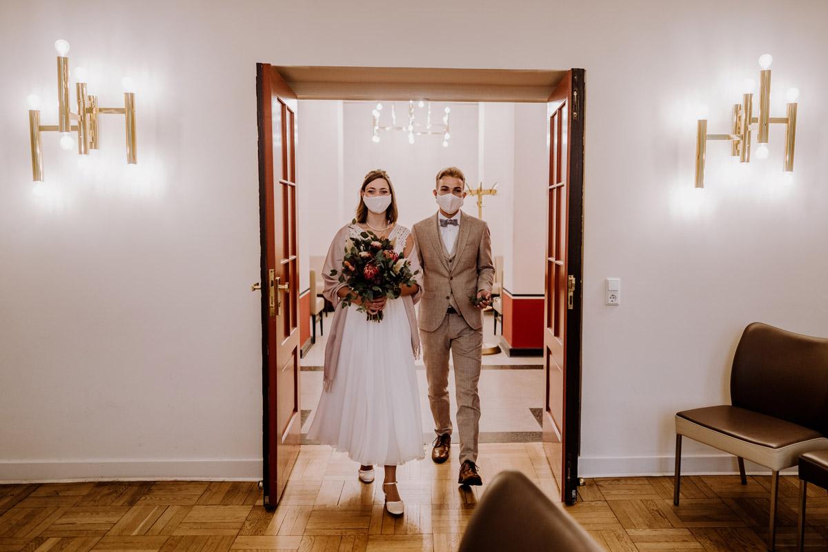 Hochzeit Corona zu zweit - Standesamt Hochzeitsfotograf Berlin im Rathaus Spandau und im Ballsaal Studio auf Hochzeit zu zweit im Winter © www.hochzeitslicht.de #hochzeitslicht