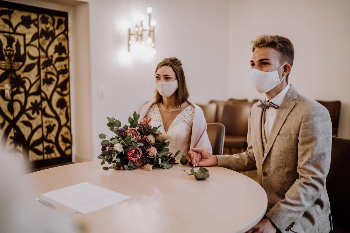 zu zweit Heiraten Corona - Standesamt Hochzeitsfotograf Berlin im Rathaus Spandau und im Ballsaal Studio auf Hochzeit zu zweit im Winter © www.hochzeitslicht.de #hochzeitslicht