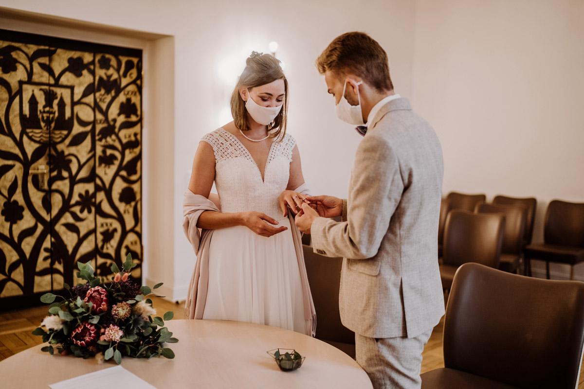 Heiraten ohne Gäste Corona - Standesamt Hochzeitsfotograf Berlin im Rathaus Spandau und im Ballsaal Studio auf Hochzeit zu zweit im Winter © www.hochzeitslicht.de #hochzeitslicht