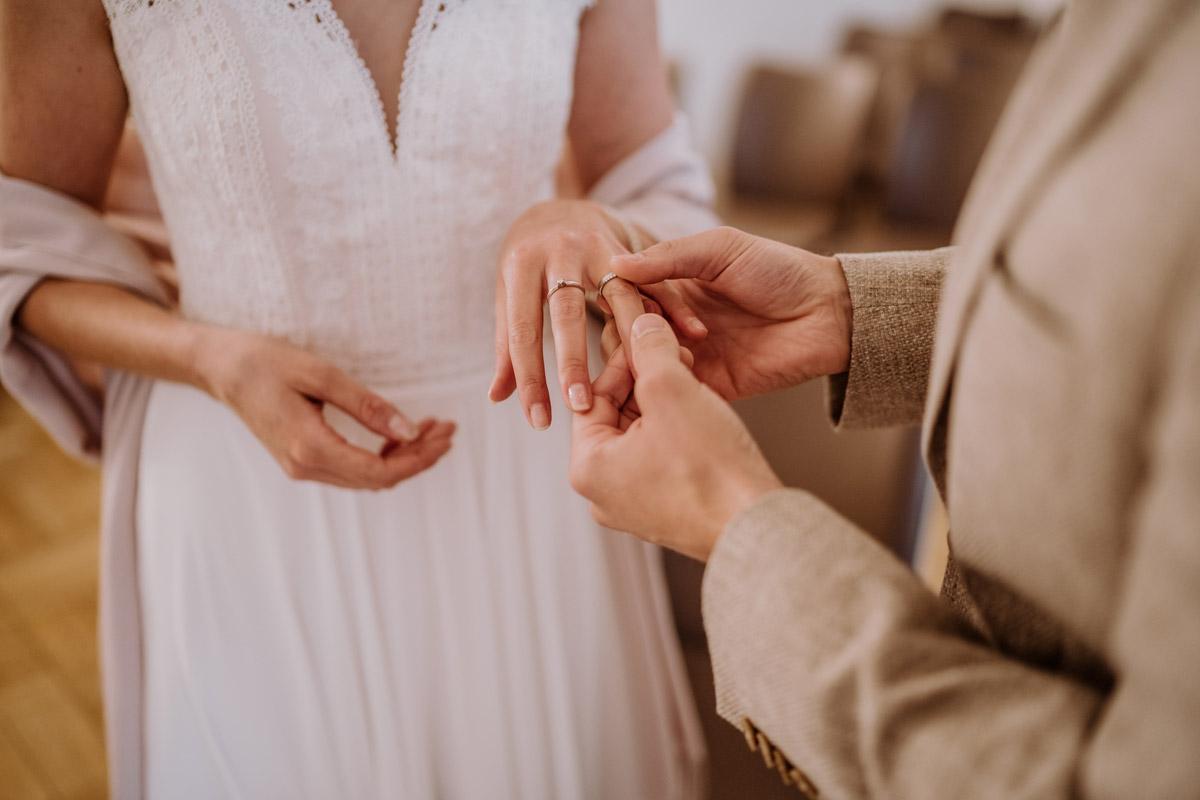 Idee Foto Ringe tauschen - Standesamt Hochzeitsfotograf Berlin im Rathaus Spandau und im Ballsaal Studio auf Hochzeit zu zweit im Winter © www.hochzeitslicht.de #hochzeitslicht