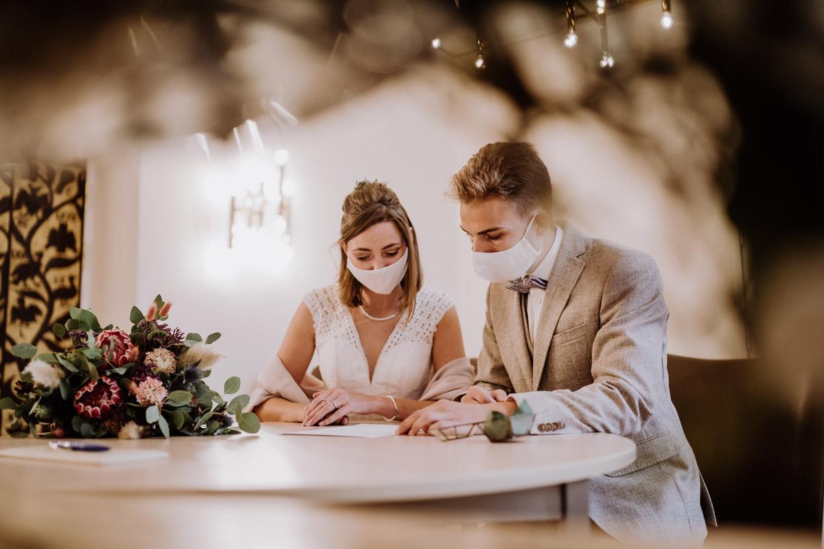 Hochzeit Corona Standesamt Hochzeitsfotograf Berlin im Rathaus Spandau und im Ballsaal Studio auf Hochzeit zu zweit im Winter © www.hochzeitslicht.de #hochzeitslicht