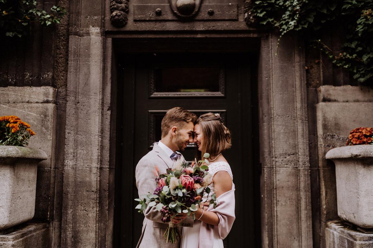 Idee Foto Hochzeitspaar - Standesamt Hochzeitsfotograf Berlin im Rathaus Spandau und im Ballsaal Studio auf Hochzeit zu zweit im Winter © www.hochzeitslicht.de #hochzeitslicht
