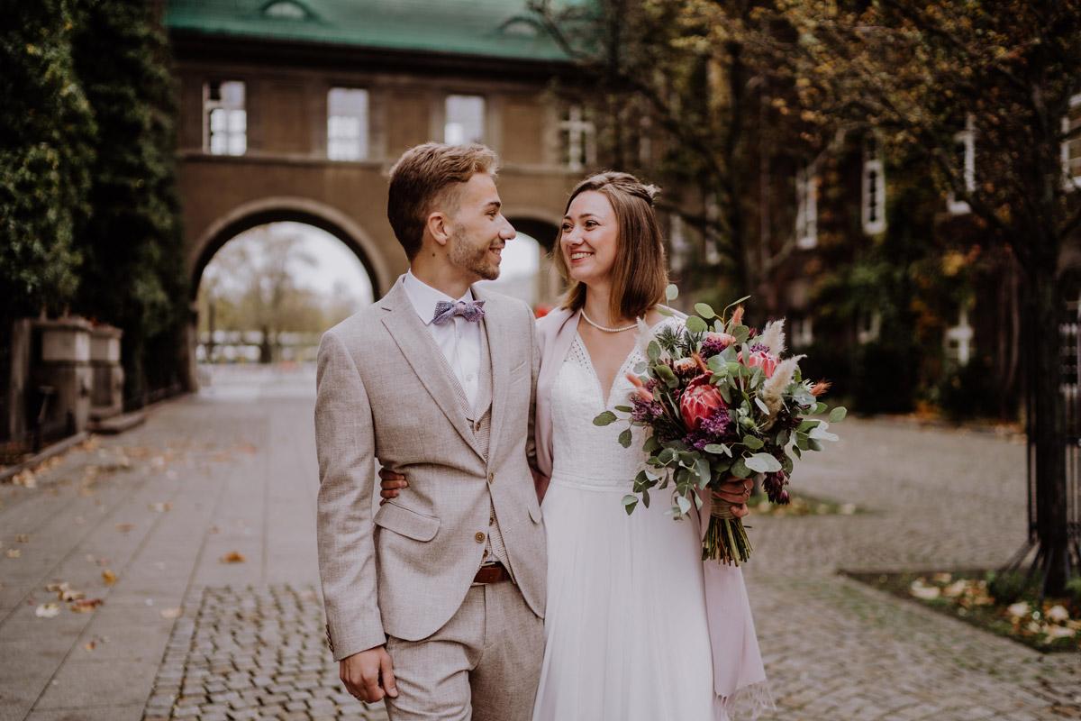 Heiraten zu zweit - Standesamt Hochzeitsfotograf Berlin im Rathaus Spandau und im Ballsaal Studio auf Hochzeit zu zweit im Winter © www.hochzeitslicht.de #hochzeitslicht