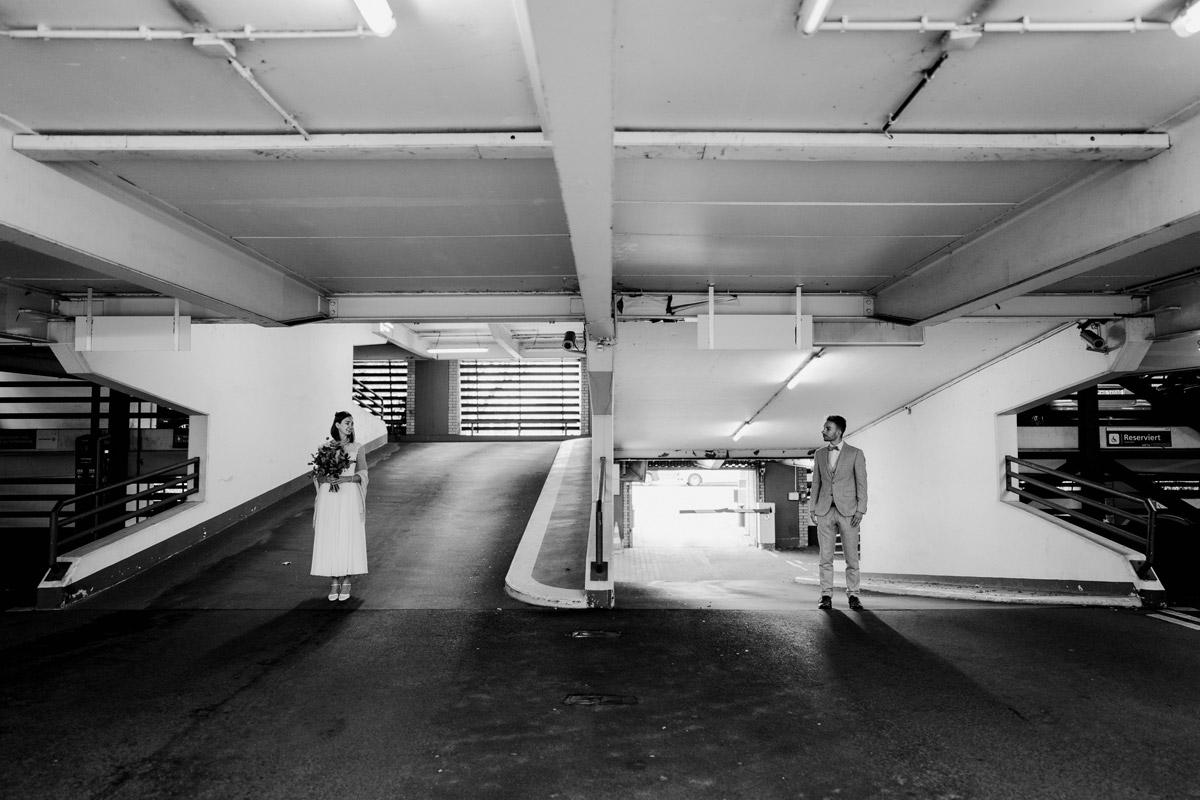 Idee Hochzeitsfoto kreativ Parkhaus - Standesamt Hochzeitsfotograf Berlin im Rathaus Spandau und im Ballsaal Studio auf Hochzeit zu zweit im Winter © www.hochzeitslicht.de #hochzeitslicht