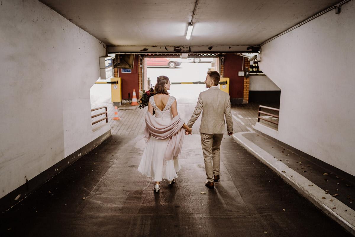 kreatives Hochzeitsfoto Parkhaus - Standesamt Hochzeitsfotograf Berlin im Rathaus Spandau und im Ballsaal Studio auf Hochzeit zu zweit im Winter © www.hochzeitslicht.de #hochzeitslicht