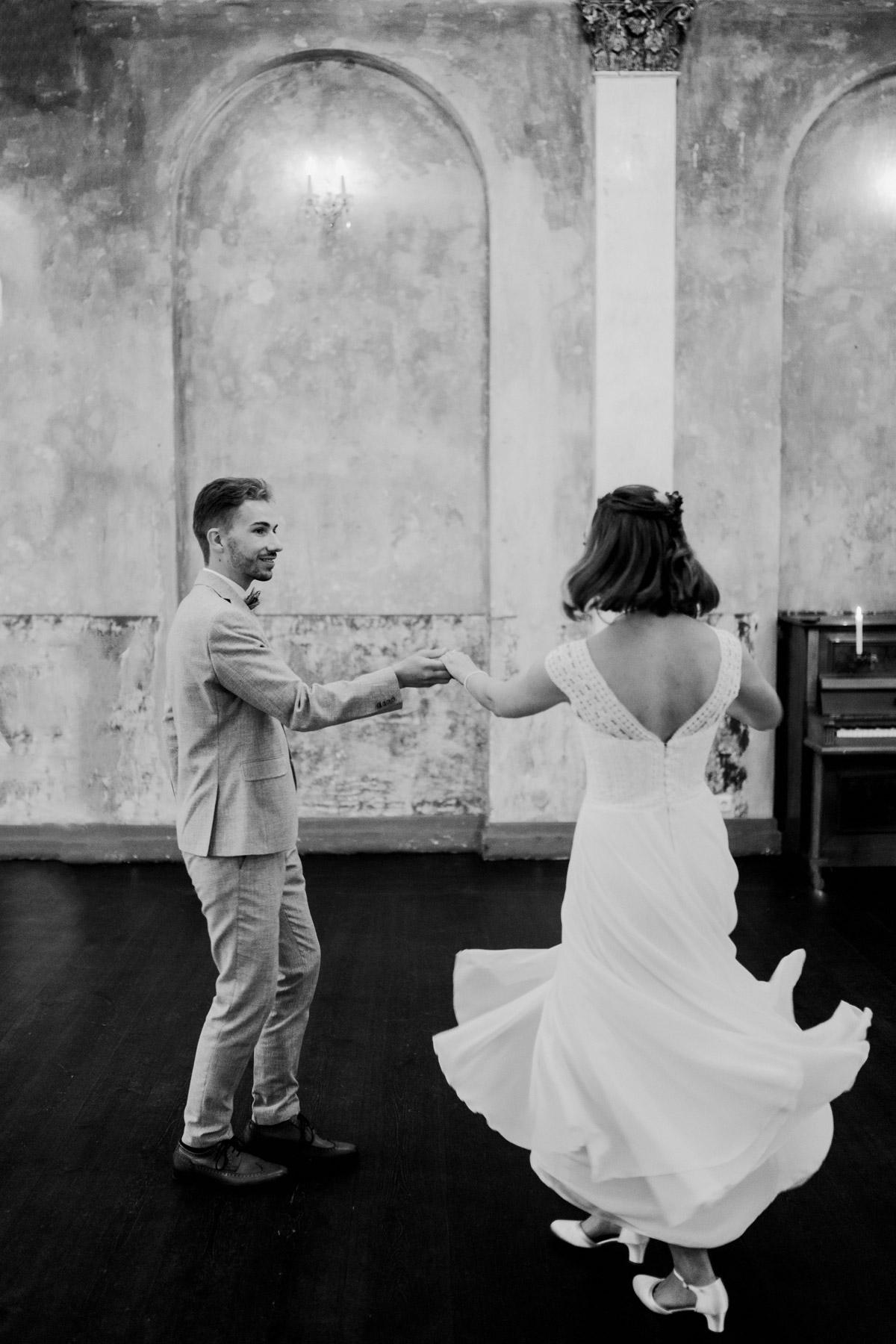 Fotoshooting Idee nach Standesamt: Brautpaar tanzt für sich allein nach standesamtlicher Hochzeit zu zweit im Ballsaal-Studio in Berlin. Mehr Bilder zu diesem Schwarz-Weiß Hochzeitsfoto im Blog vom Hochzeitsfotograf © www.hochzeitslicht.de #hochzeitslicht
