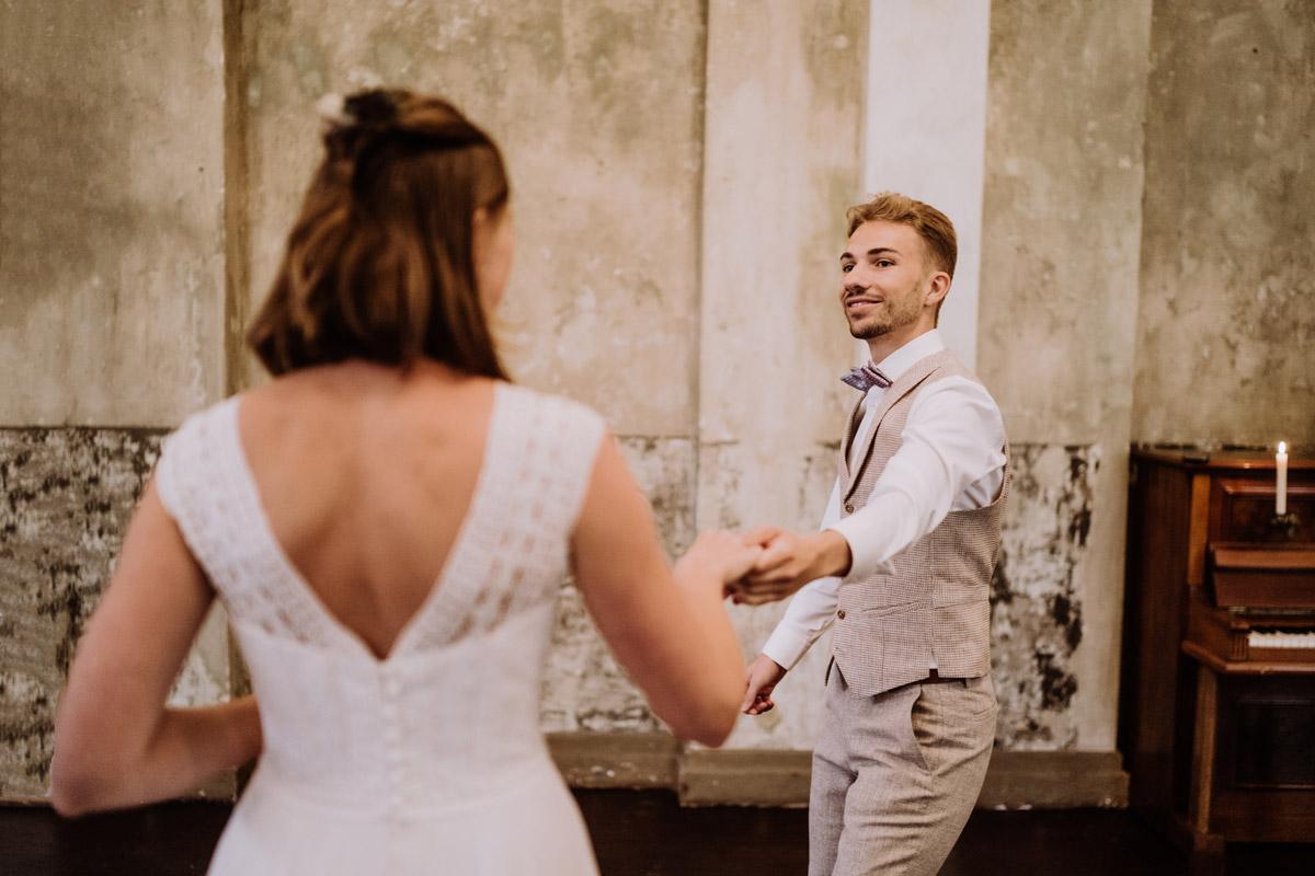 Idee Pose Hochzeitsfoto Tanzen - Standesamt Hochzeitsfotograf Berlin im Rathaus Spandau und im Ballsaal Studio auf Hochzeit zu zweit im Winter © www.hochzeitslicht.de #hochzeitslicht