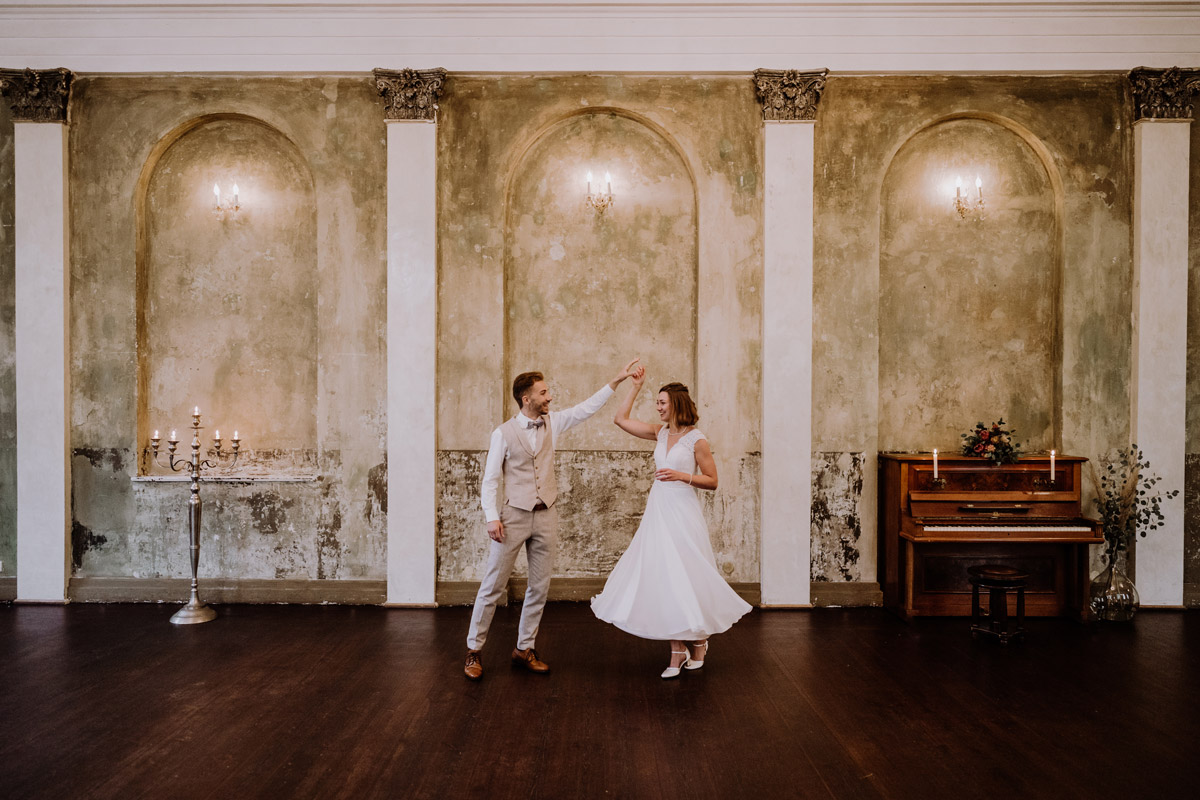 Idee Posieren Hochzeitsfoto Tanzen - Standesamt Hochzeitsfotograf Berlin im Rathaus Spandau und im Ballsaal Studio auf Hochzeit zu zweit im Winter © www.hochzeitslicht.de #hochzeitslicht